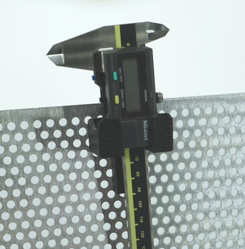 Zeigt den WLAN Messschieber in der Ladeschale. Diese ist auf einem Lochblech montiert.