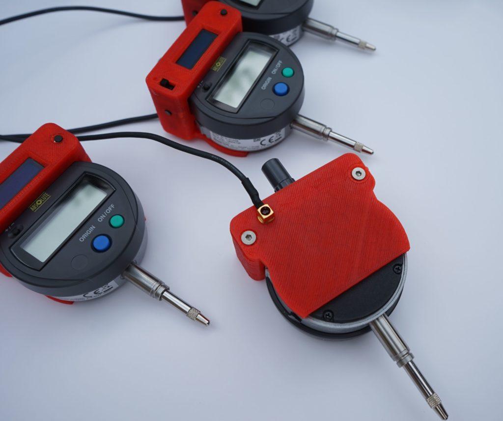 Detailansicht einer Messuhr mit externem Stromanschluss über eine MCX Steckverbindung.