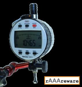 Zeigt eine Mahr MarCator 1087R Messuhr mit WLAN Modul an Schnittstelle eingesteckt von vorne